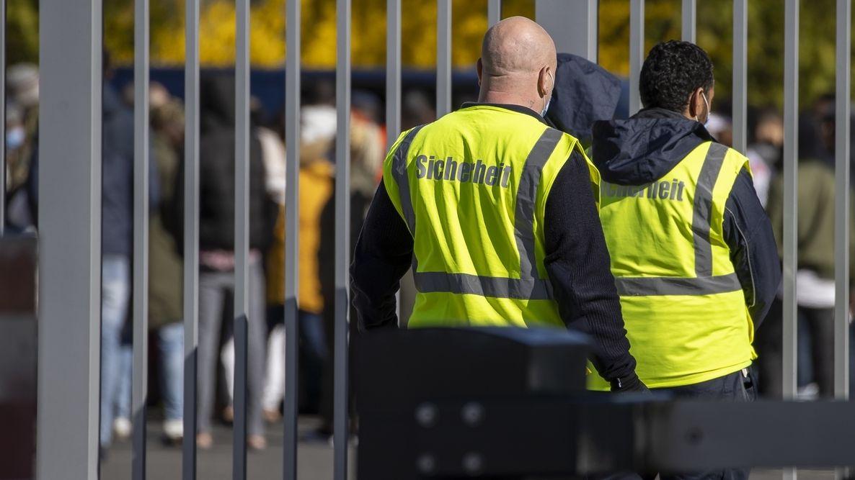 Sicherheitsdienst vor einem Ankerzentrum