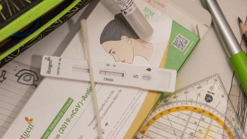 Coronavirus-Selbsttest auf Schülertisch
