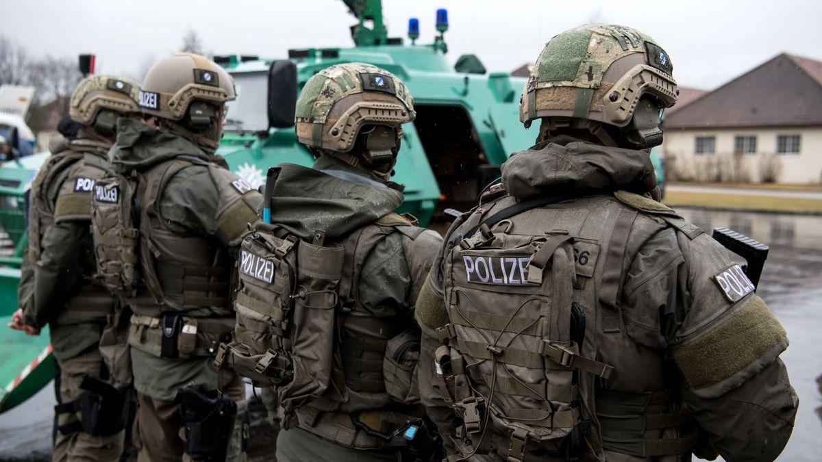 Polizisten in voller Montur vom Spezialeinsatzkommando Südbayern von hinten fotografiert (Symbolbild)