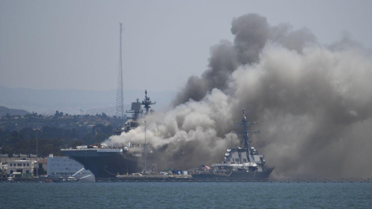 """Rauch steigt vom US-Kriegsschiff """"USS Bonhomme Richard"""" im Marinestützpunkt San Diego auf"""