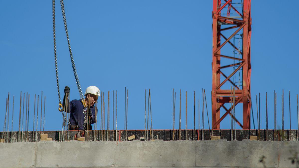 Mann arbeitet auf einer Baustelle