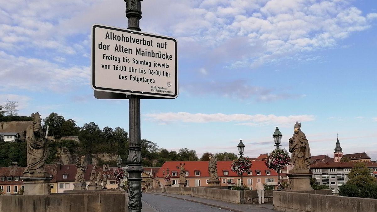 """Alte Mainbrücke in Würzburg mit Schild """"Alkoholverbot"""""""