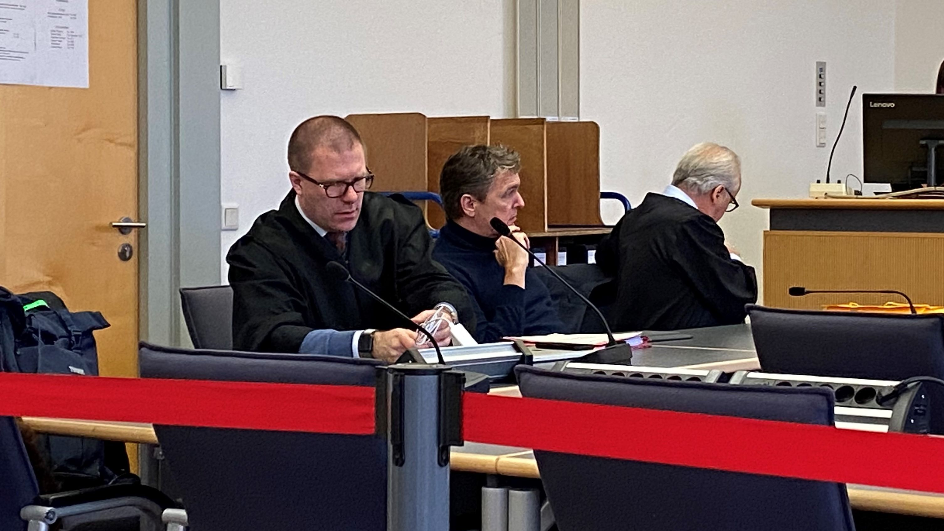 Der angeklagte Ex-Bayern-Ei-Chef Stefan Pohlmann mit seinen Anwälten im Gerichtssaal.