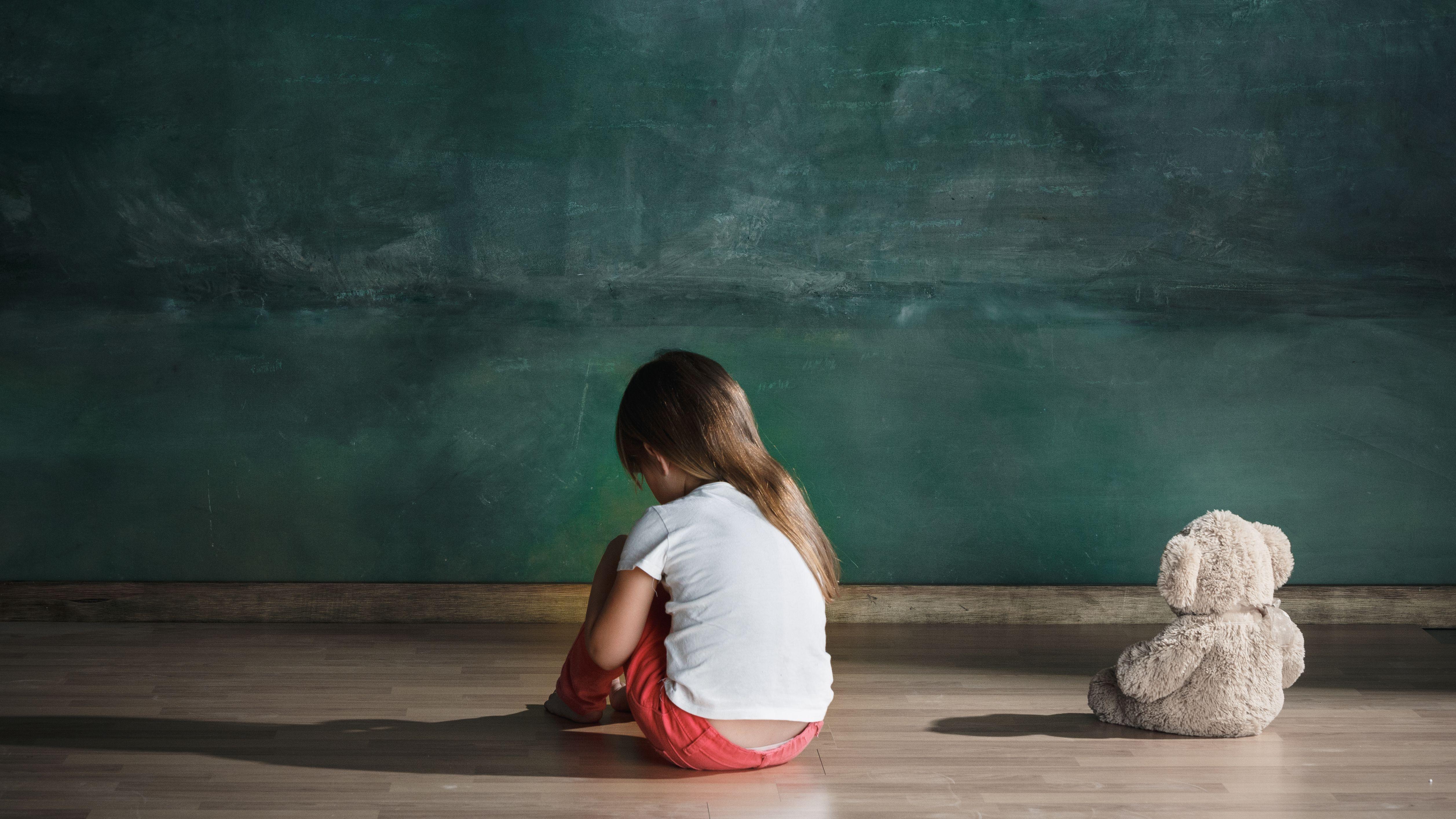 Symbolbild: Kind kauert am Boden