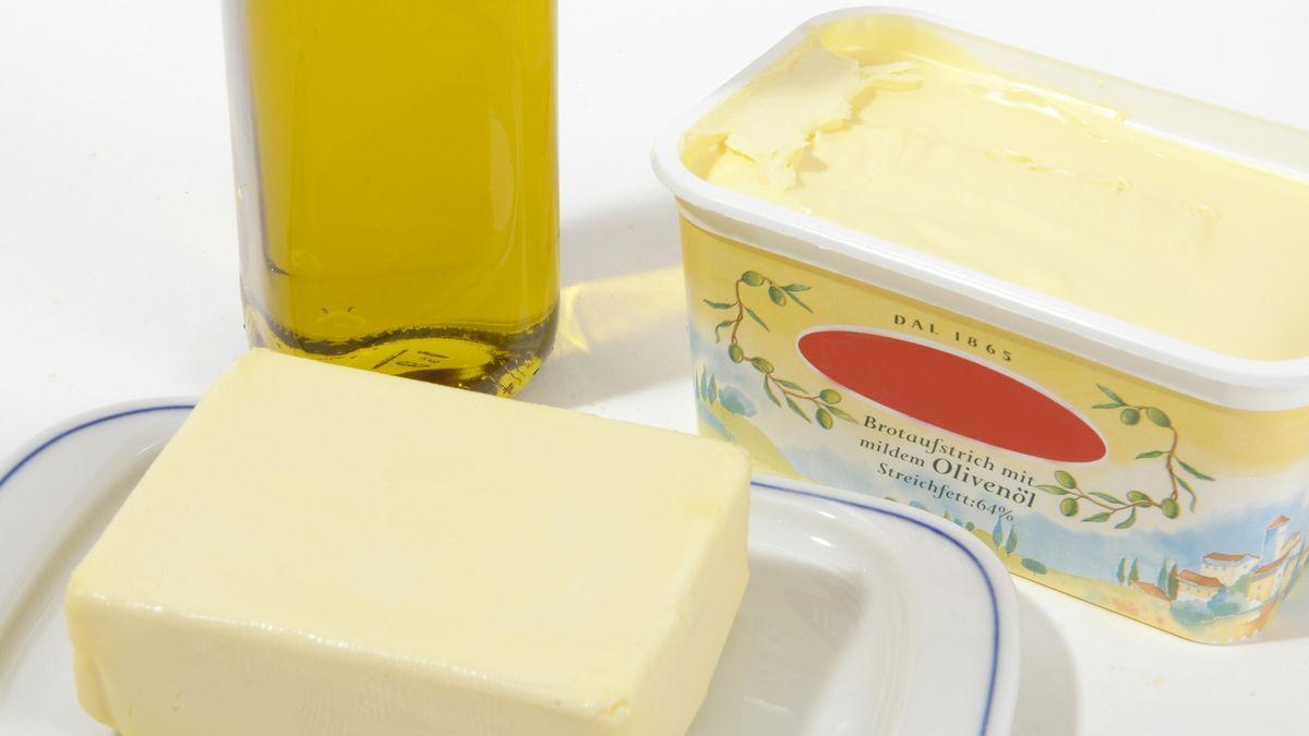 Margarine und Butter auf einem Tisch