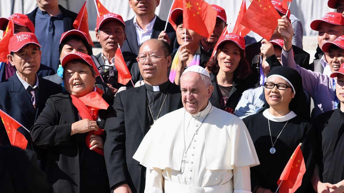 Papst Franziskus I. (li) beim Gruppenbild mit chinesischen Glaeubigen bei der woechentlichen Generalaudienz auf dem Petersplatz 2016 (Archivbild)