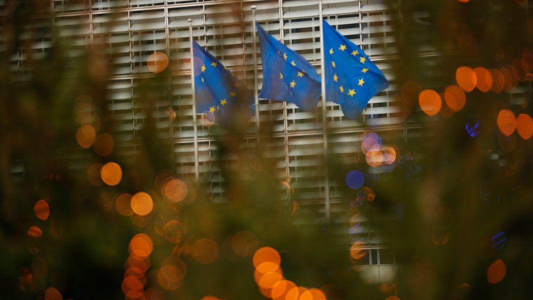 Belgien, Brüssel: Drei Fahnen in den Farben der EU-Flagge flattern vor einem Treffen von Großbritanniens Chefunterhändler Frost und EU-Chefunterhändler Barnier im EU-Hauptquartier im Wind. Da viele Schlüsselfragen noch ungelöst sind, werden die Verhandlungen über einen Handelspakt zwischen der EU und Großbritannien trotz großer Differenzen fortgesetzt.