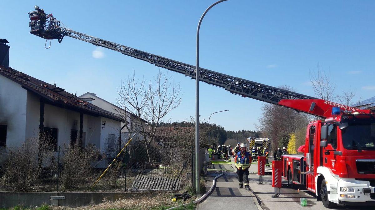 Eine Drehleiter über dem ausgebrannten Einfamilienhaus