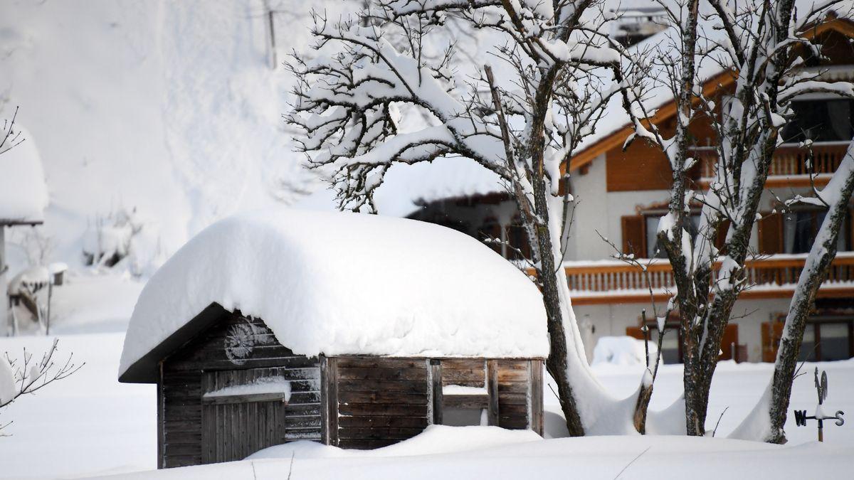 Eine schneebedeckte Hütte in Siegsdorf (Bayern) in 2019.