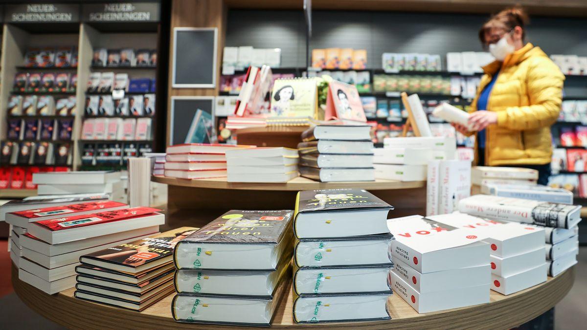 Bücher liegen auf einem Ladentisch bereit