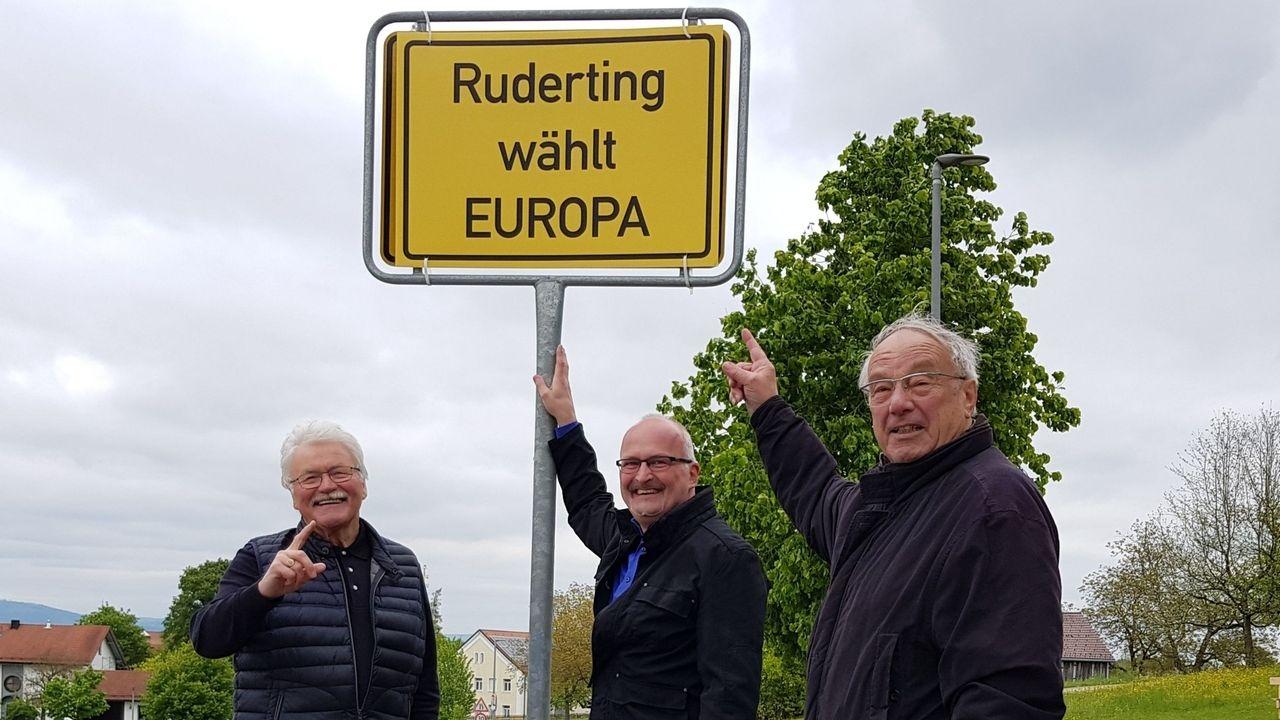Kobler (Bezirkschef Europa-Union), Müller (Bürgermeister) und Rübenach (Vize-Bezirkschef Europa-Union) mit dem neuen Ortstaferl für Ruderting.