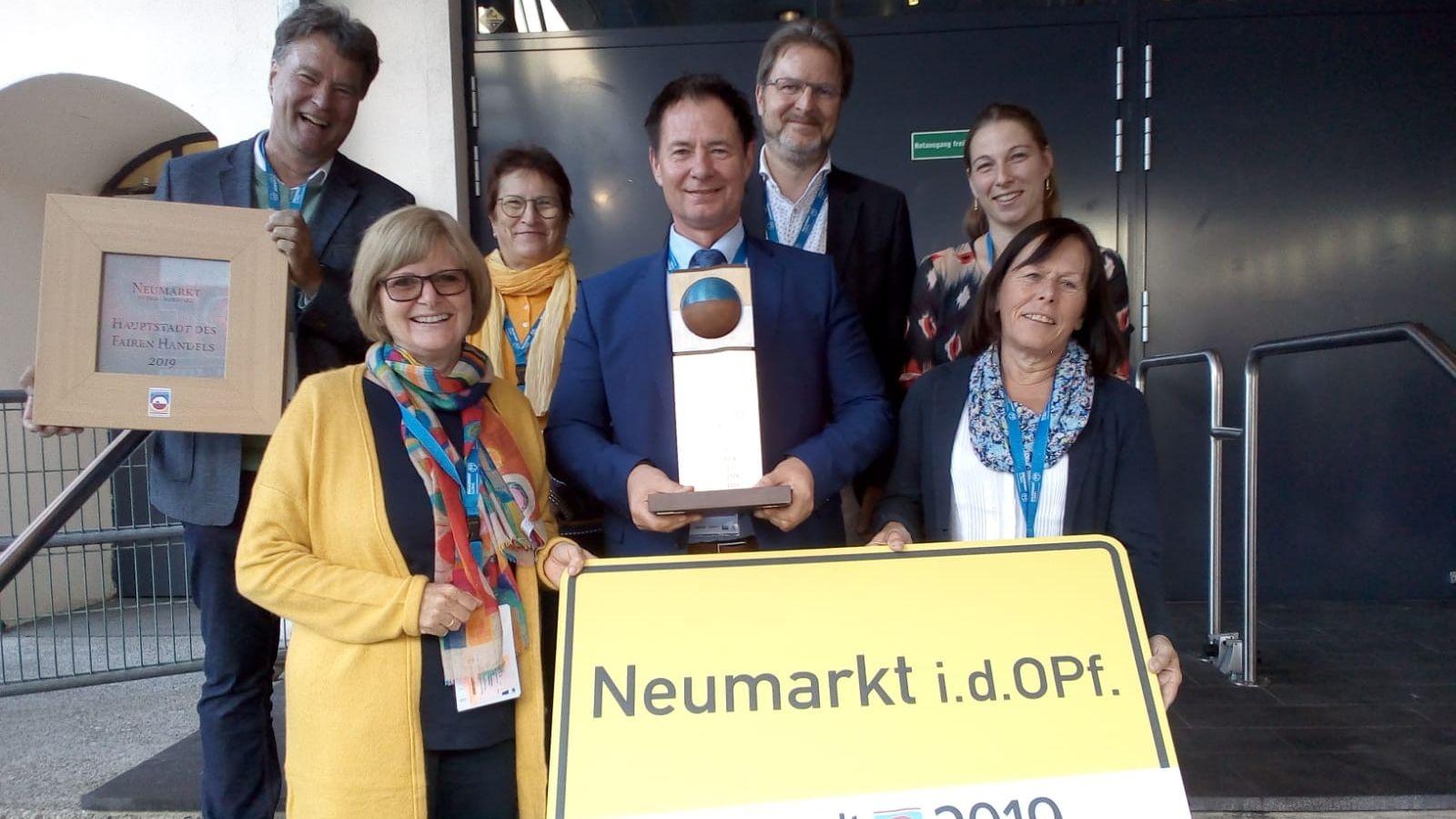 Die Delegation um Oberbürgermeister Thomas Thumann (Mitte) mit der Siegestrophäe