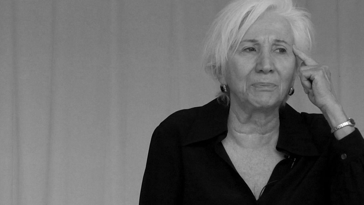 Schwarz-Weiß Bild von Olympia Dukakis. Sie hat graues Haar und blickt nachdenklich.