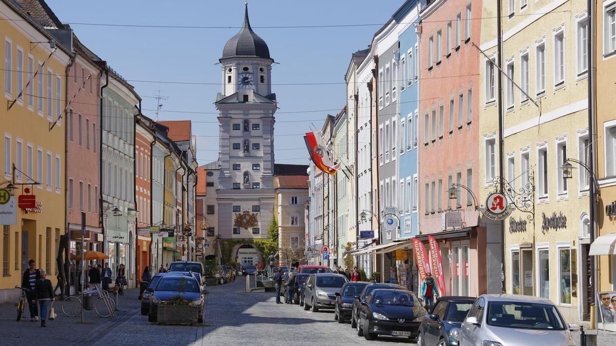 Das Bild zeigt Stadtplatz und Stadtturm in Vilshofen an der Donau