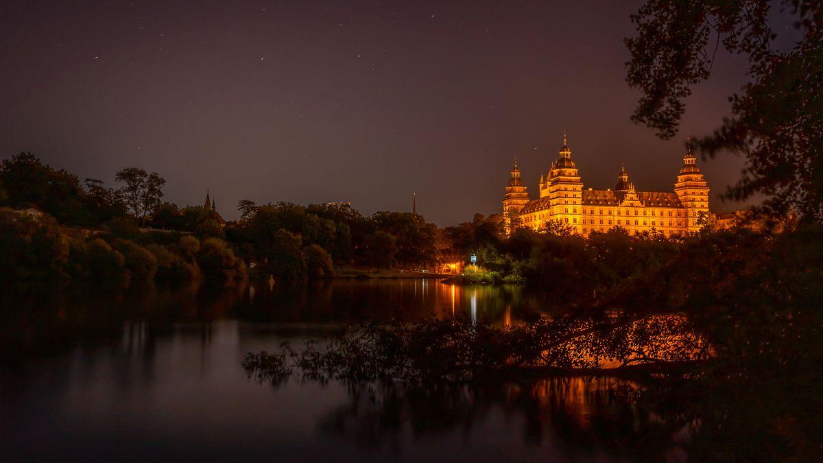 Schloss Johannisburg in Aschaffenburg bei Nacht.