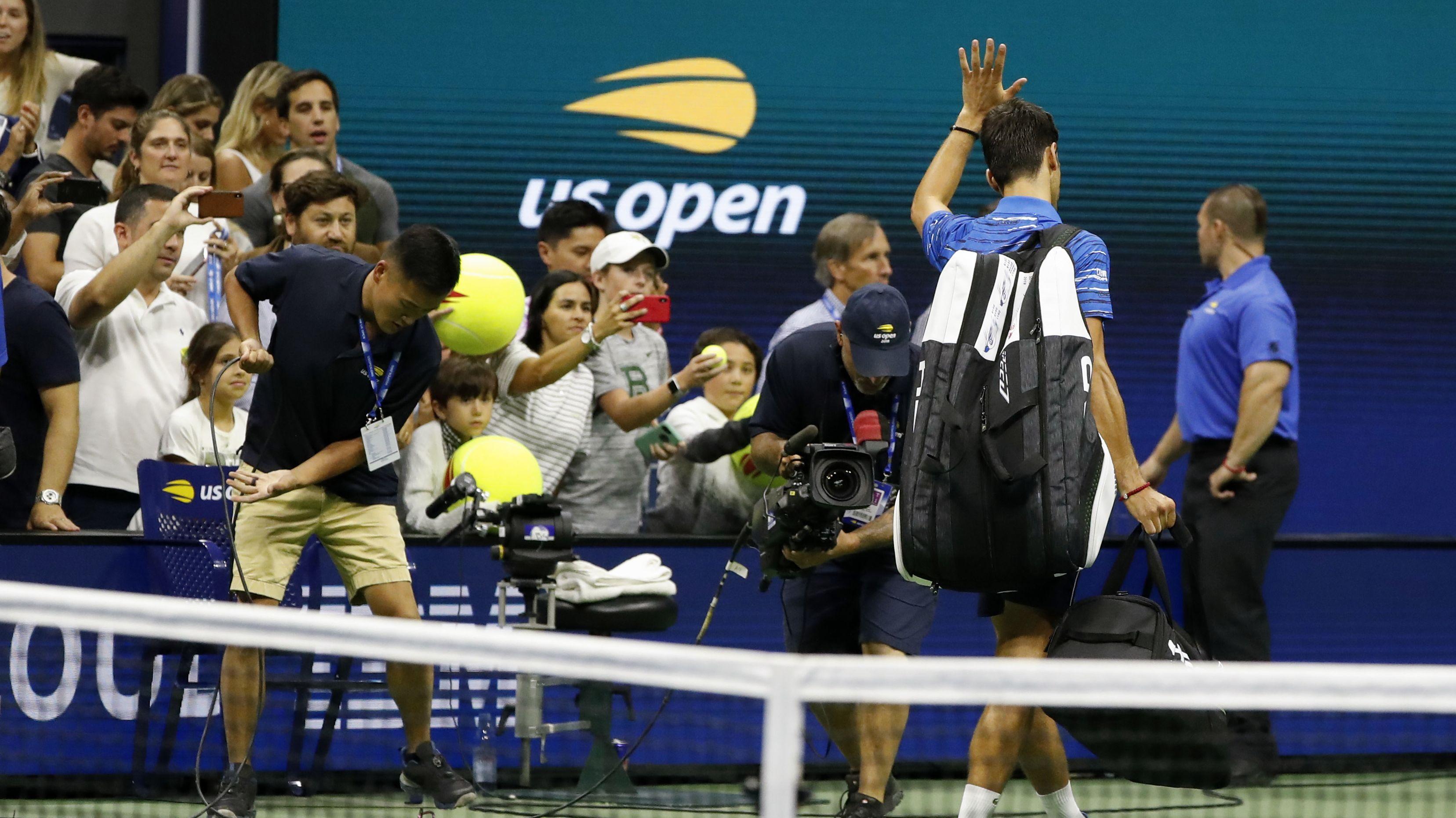 Novak Djokovic verlässt nach der Aufgabe den Centre Court