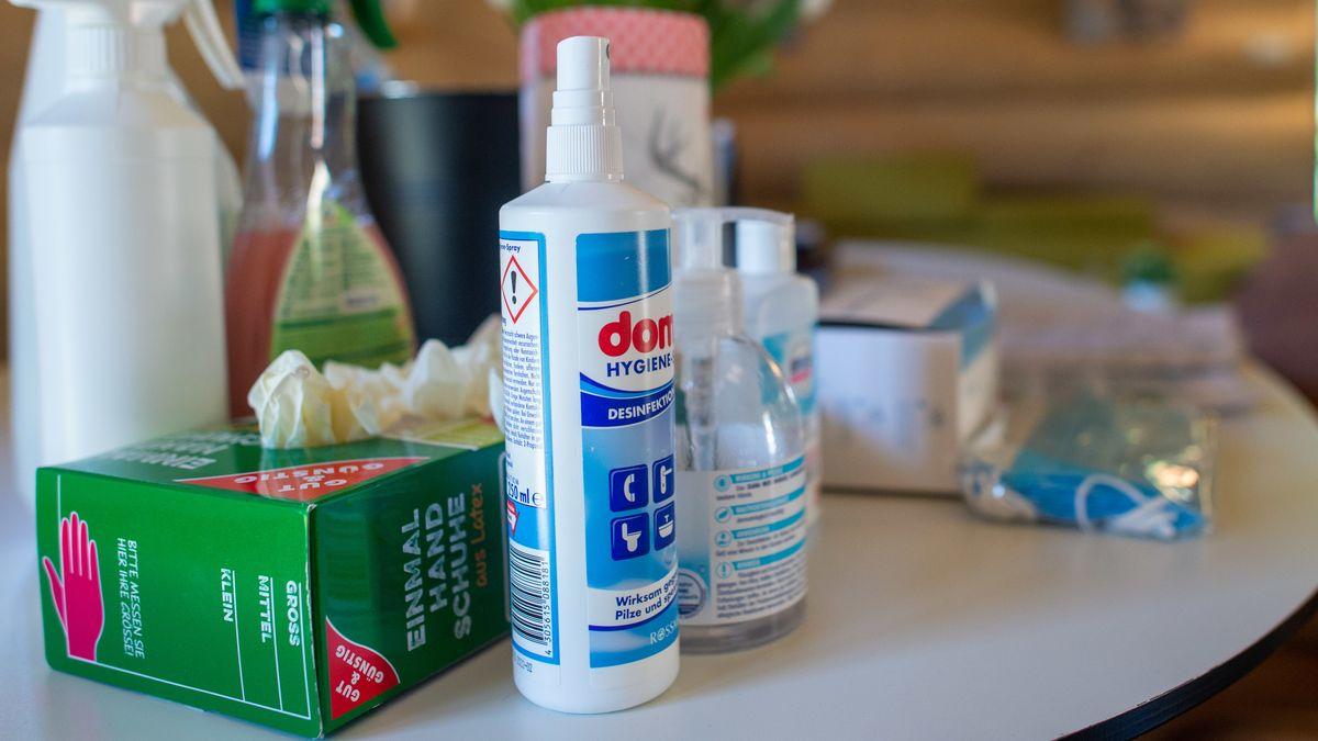 Desinfektionsmittel auf einem Tisch.
