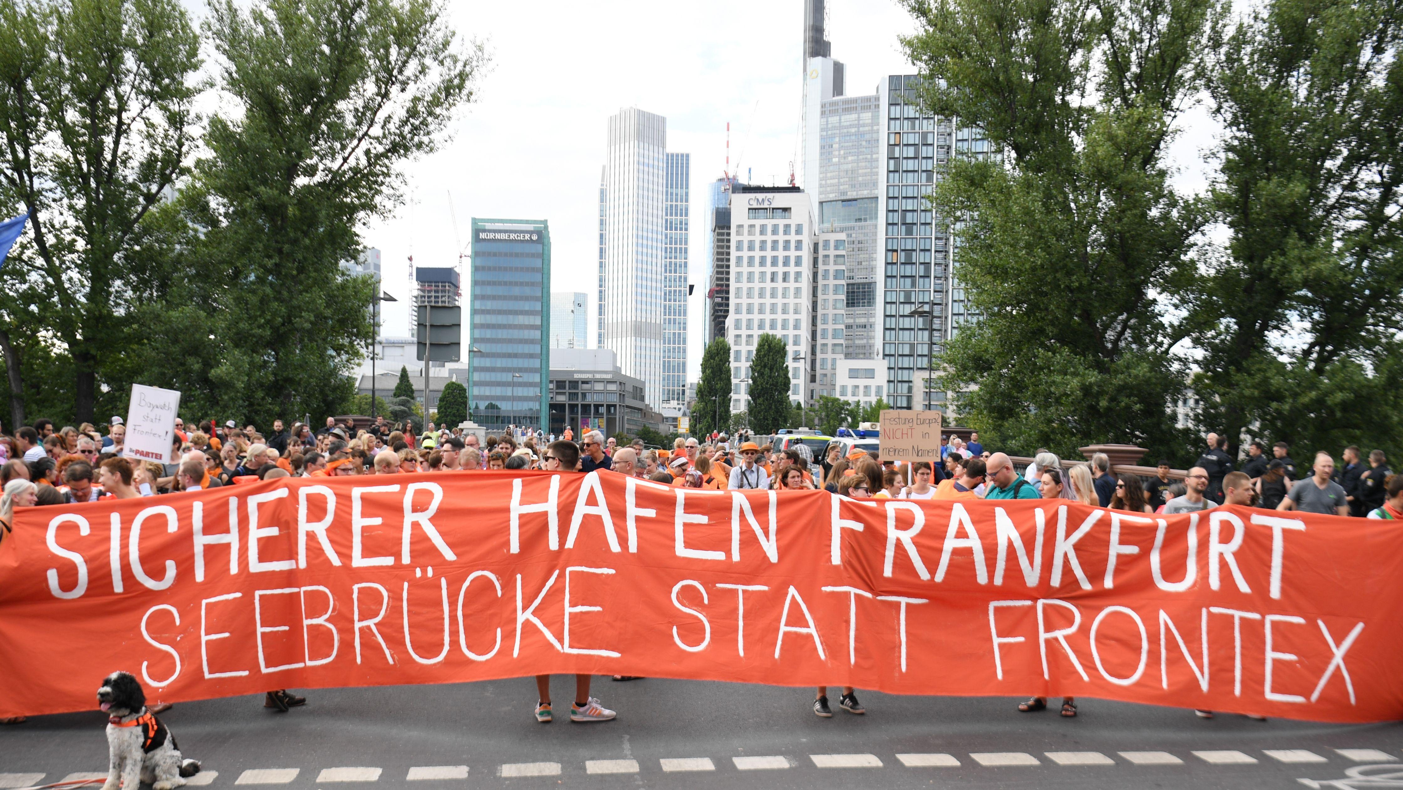 Demonstration 2018  in Frankfurt für die Seenotrettung von Flüchtlingen im Mittelmeer.