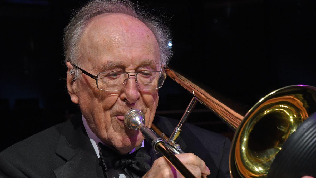 Der Musiker Chris Barber spielt auf seiner Trompete