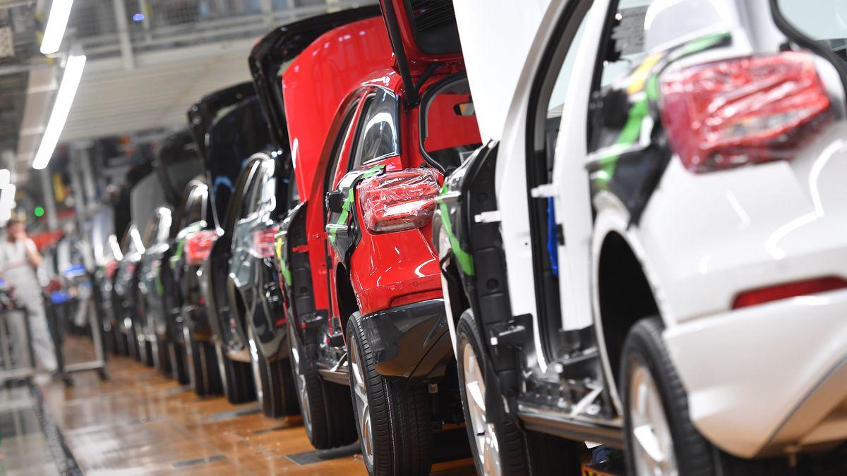 Viele Autos in einer Reihe in einer Fertigungshalle bei Audi in Ingolstadt (Symbolbild).