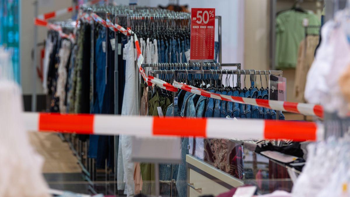 Symbolbild: Geschlossene Bekleidungsabteilung eines Einzelhändlers.