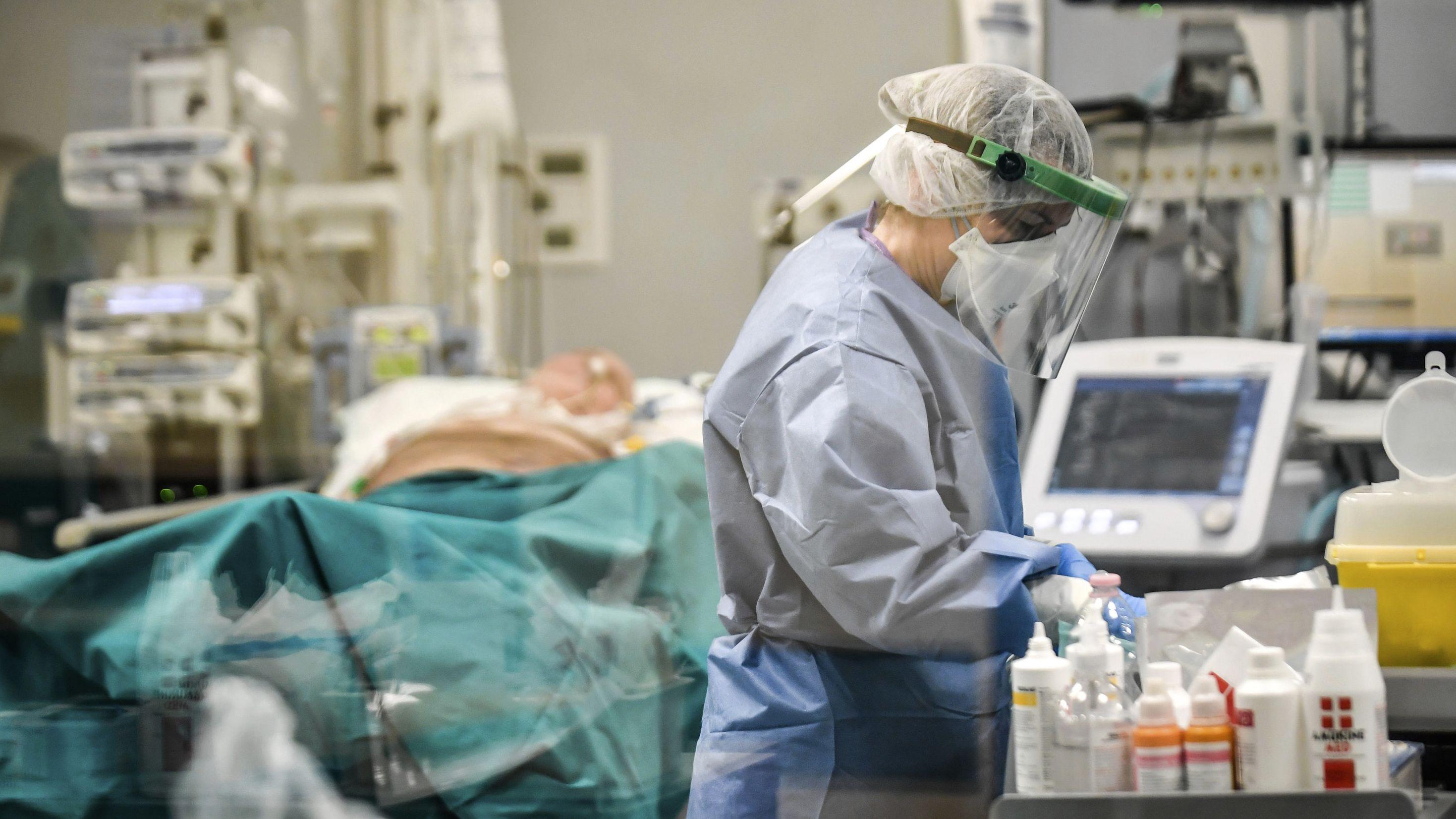 Ein italienischer Arzt betreut einen Coronavirus-Patienten.
