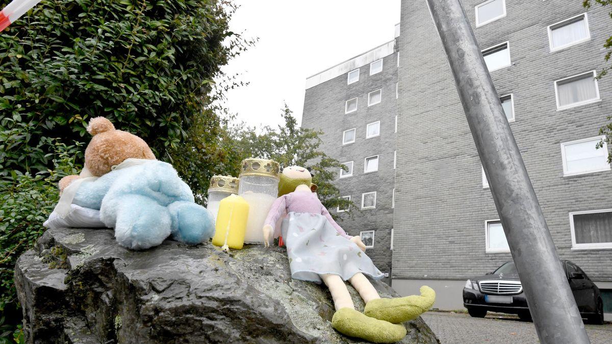 Eine Puppe und Kerzen liegen auf einem Felsen vor einem Wohnblock in Solingen in Nordrhein-Westfalen.