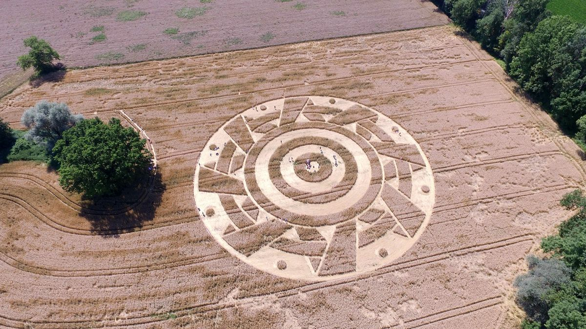 Die Luftbildaufnahme eines Getreidefeldes am Ammersee zeigt ein konzentrisches Muster, das durch abgeknickte Getreidehalme entstanden ist.