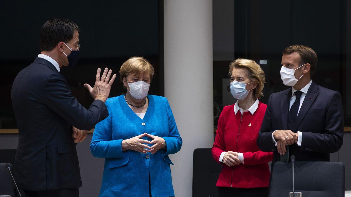 Der niederländische Premierminister Rutte, die deutsche Bundeskanzlerin Angela Merkel, die Präsidentin der Europäischen Kommission von der Leyen und der französische Präsident Macron während eines Treffens am Rande des EU-Gipfels