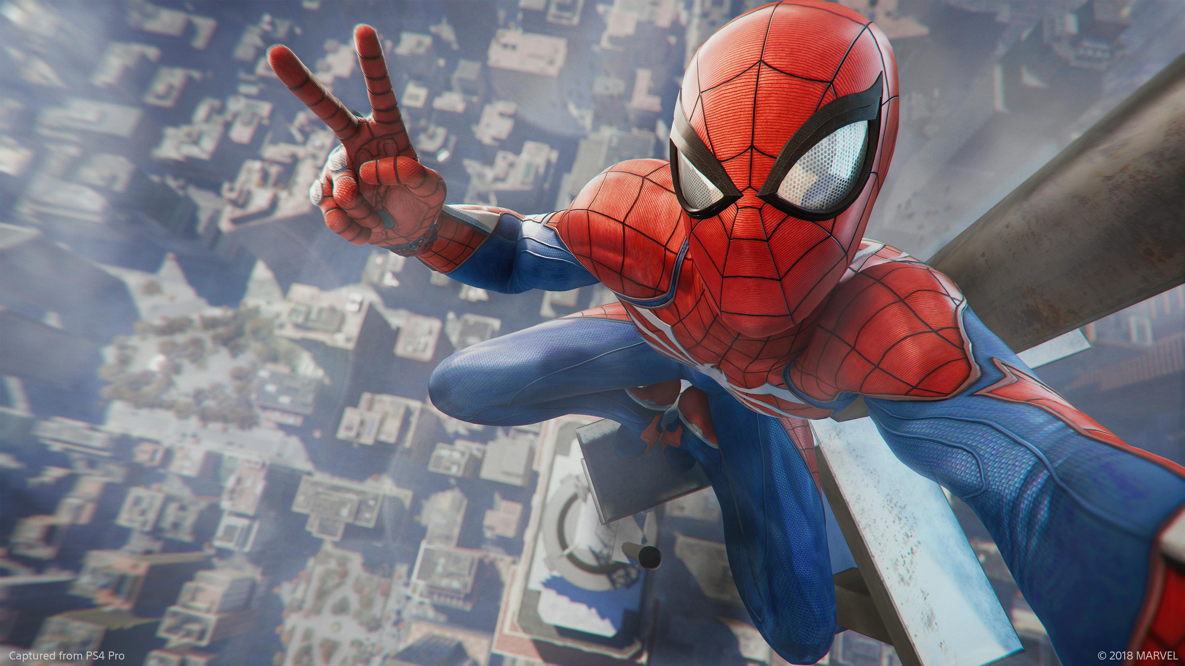 Spider-Man zeigt das Victory-Zeichen, während er auf der Spitze eines Wolkenkratzers sitzt.