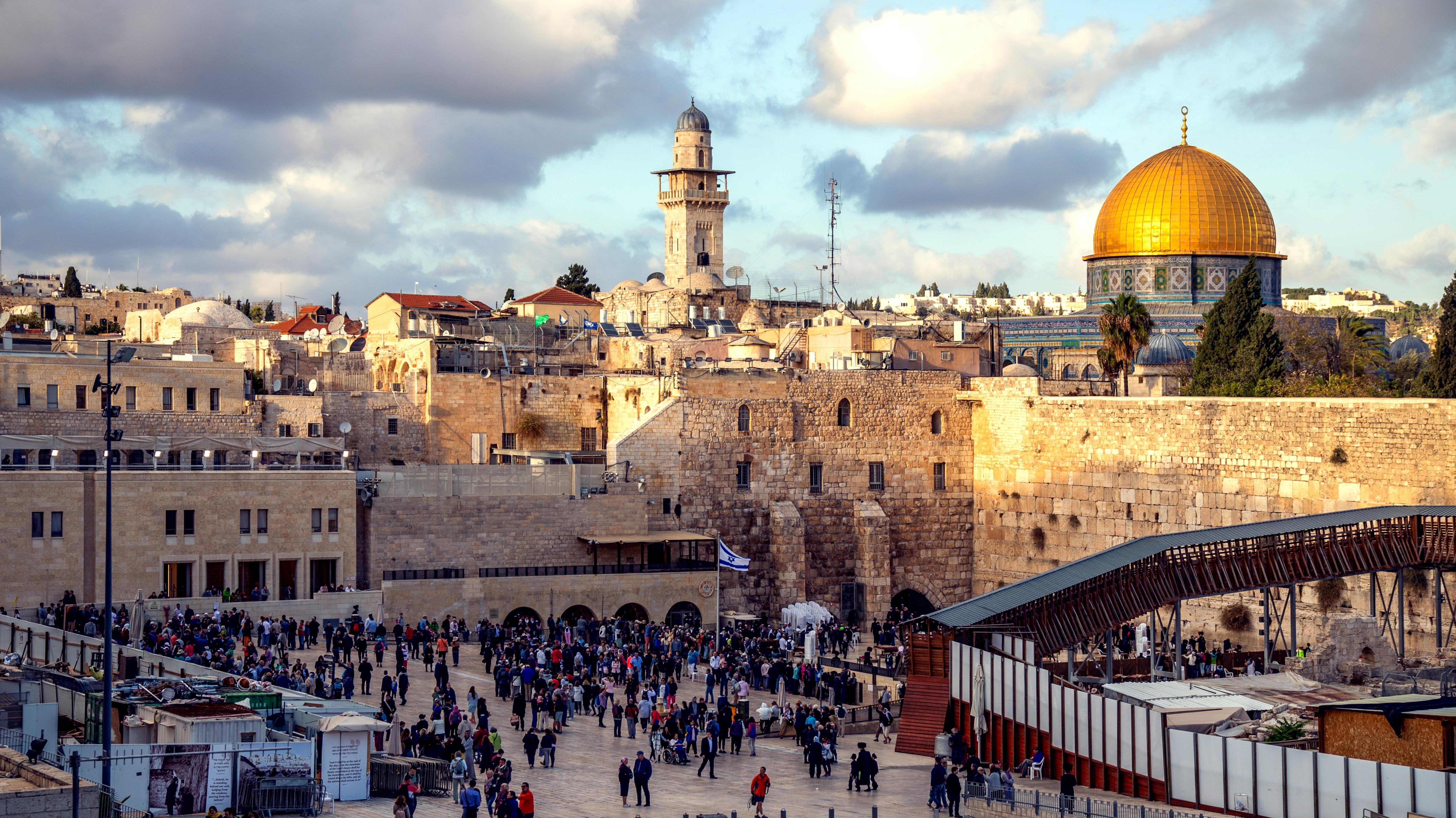 Altstadt von Jerusalem mit Klagemauer und Felsendom.