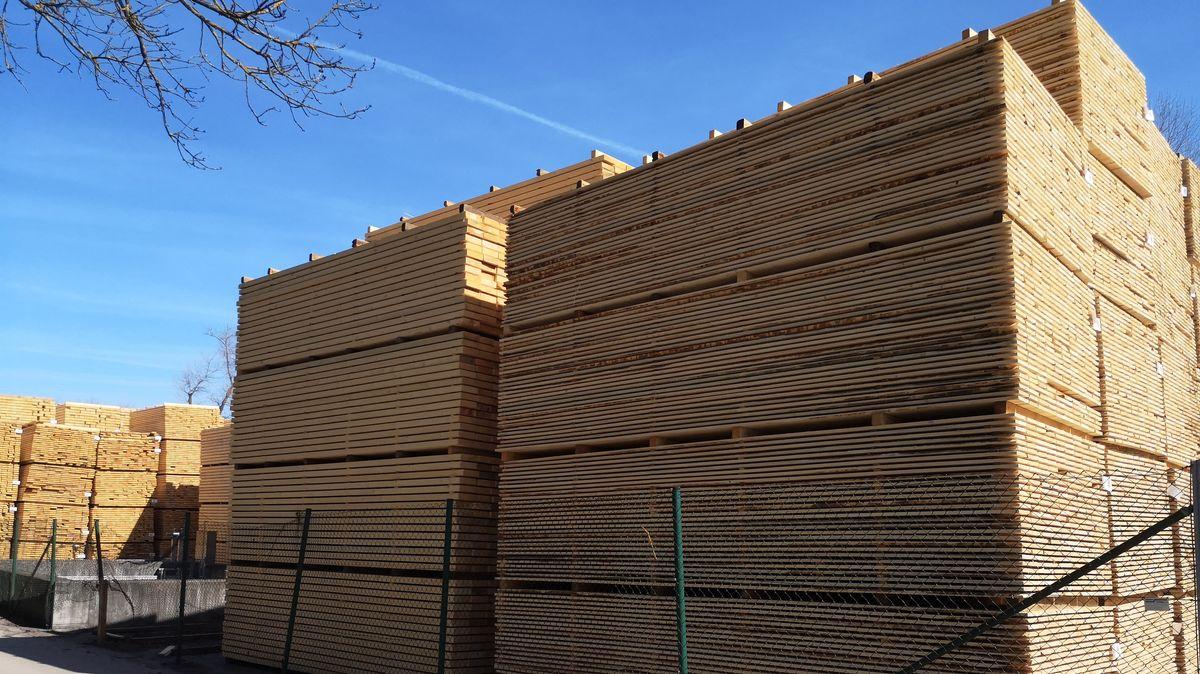 Holzstapel in einem Sägewerk.
