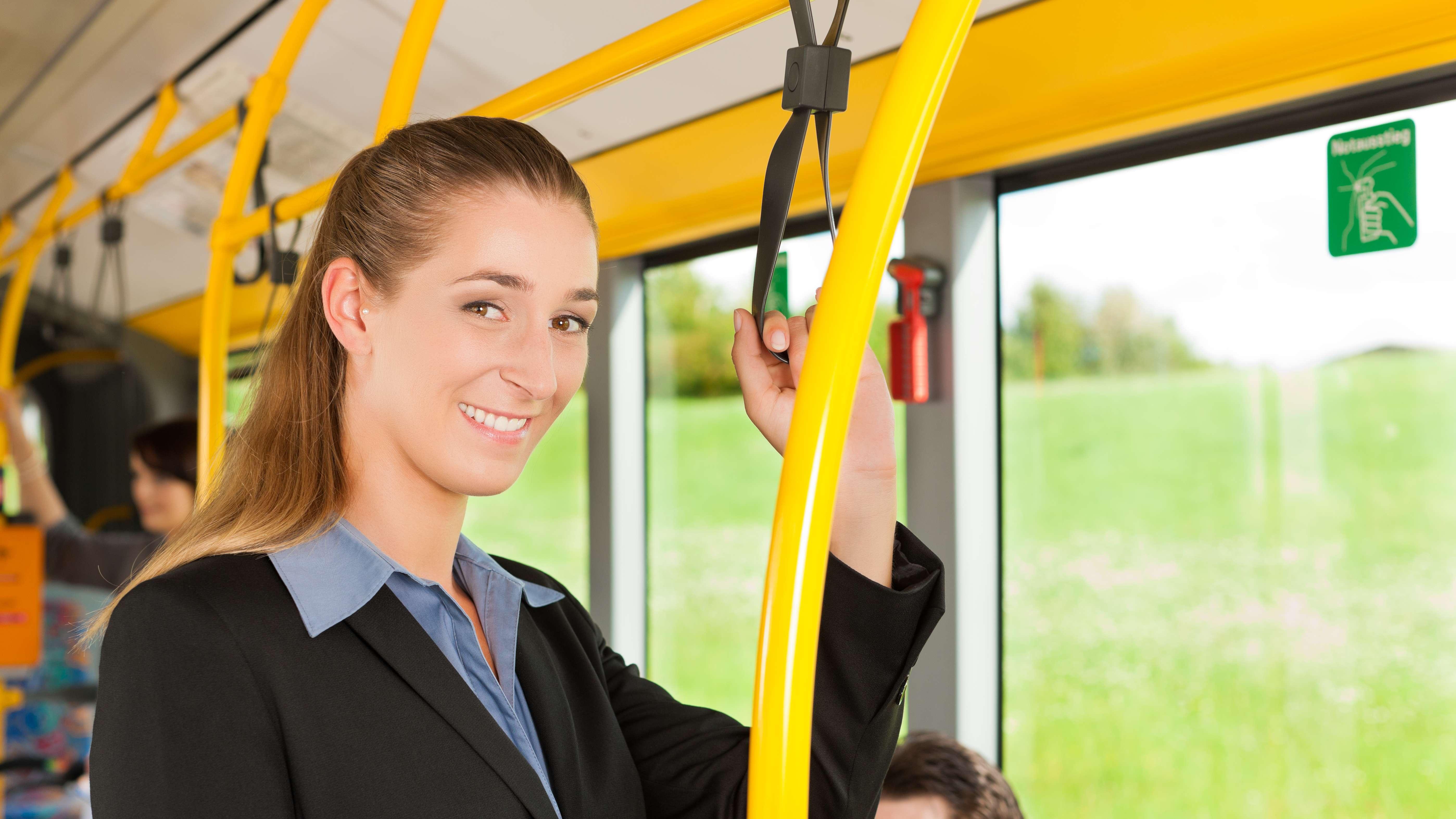 Frau fährt in einem Bus mit