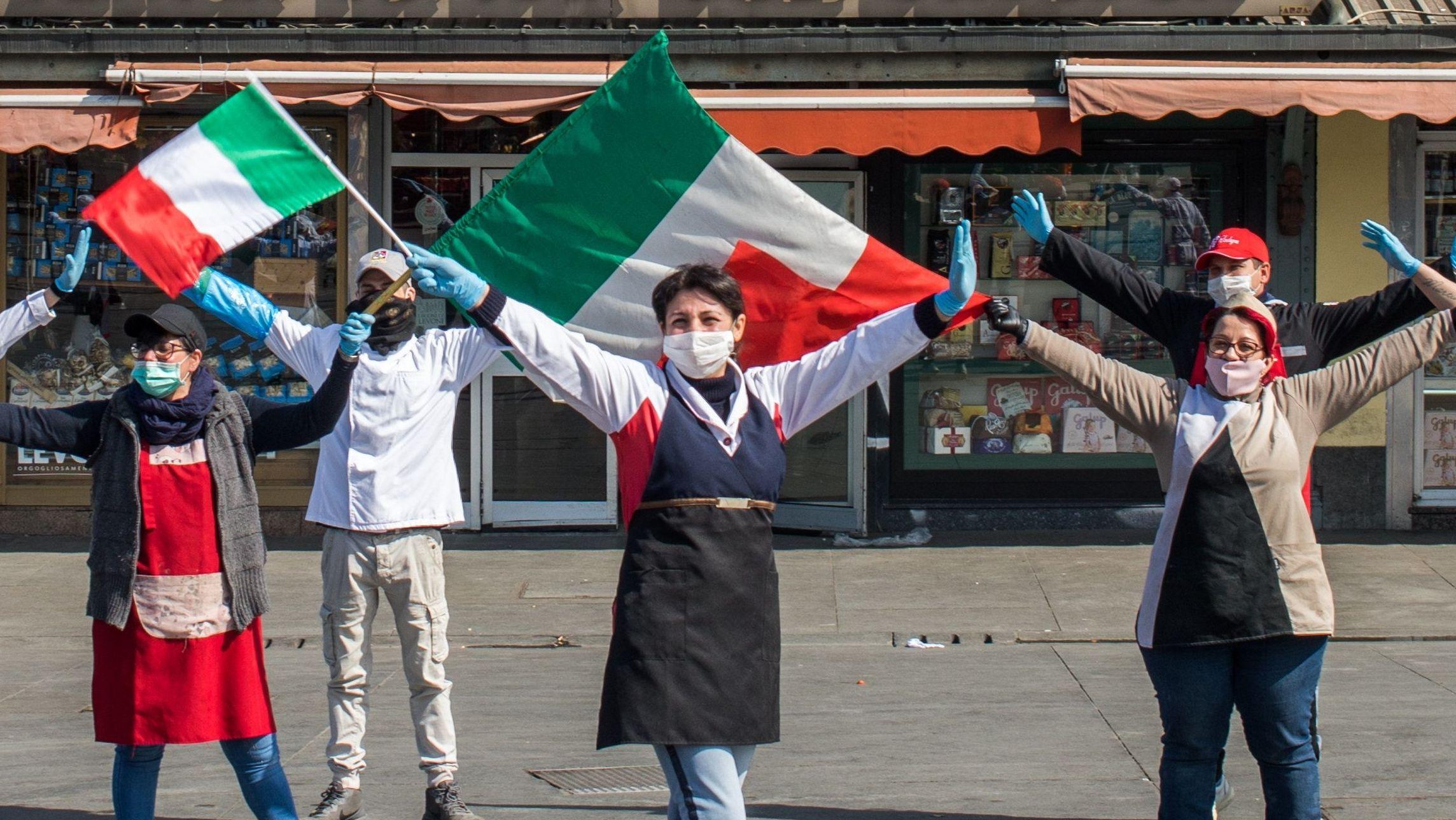 Händler am Porta Palazzo-Markt in Turin schwenken italienische Fahnen