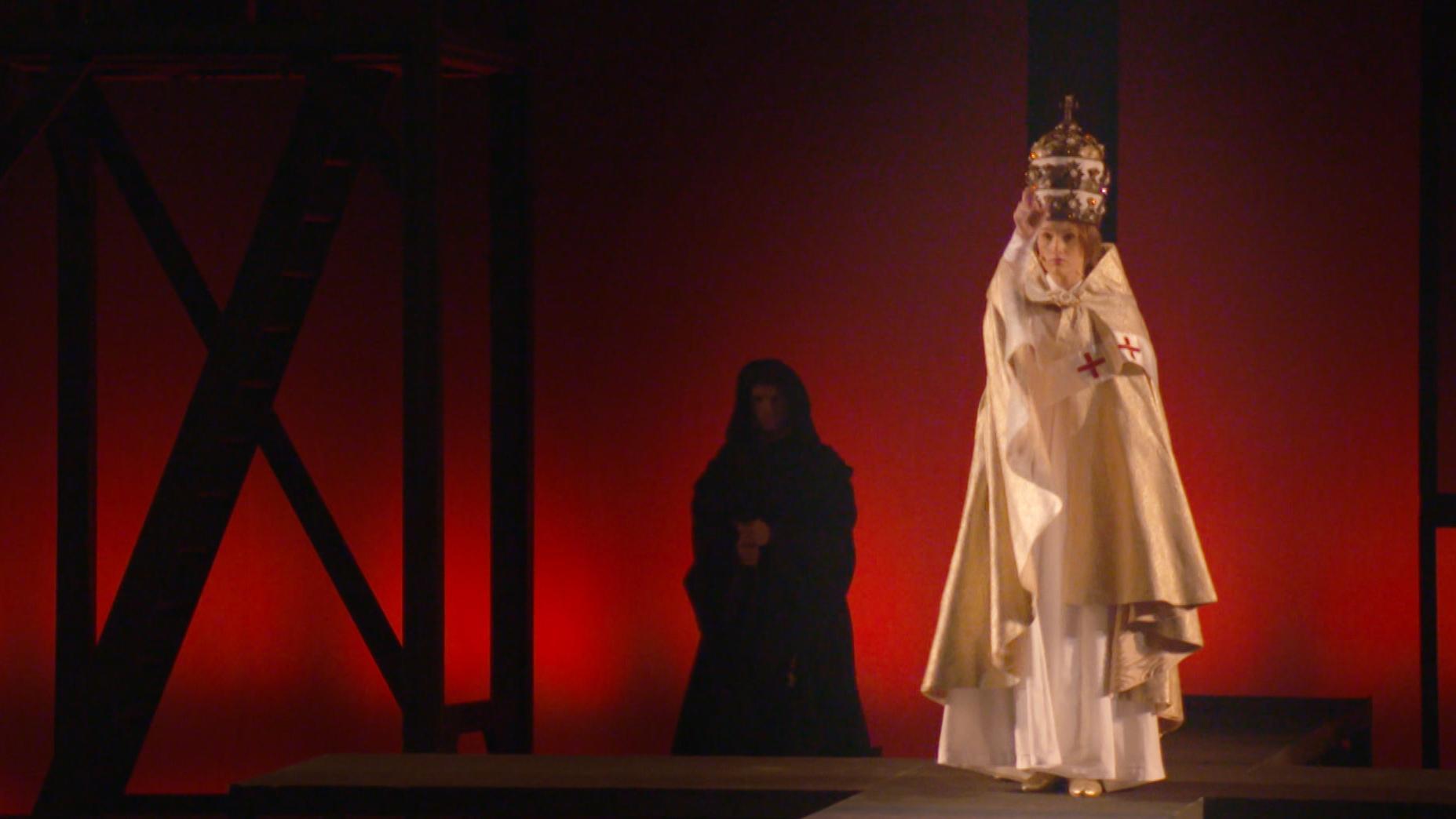 """Die Hauptrolle des Musicals """"Die Päpstin"""" in klerikaler Robe."""