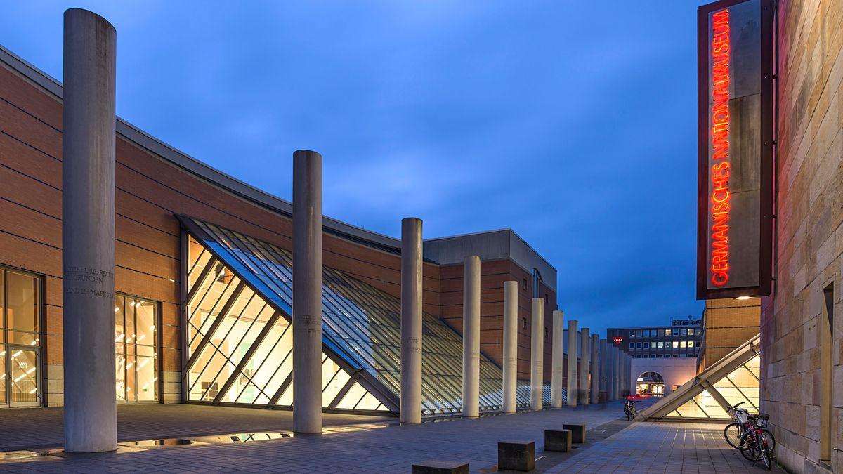 Säulen vor dem Germanischen Nationalmuseum am Abend