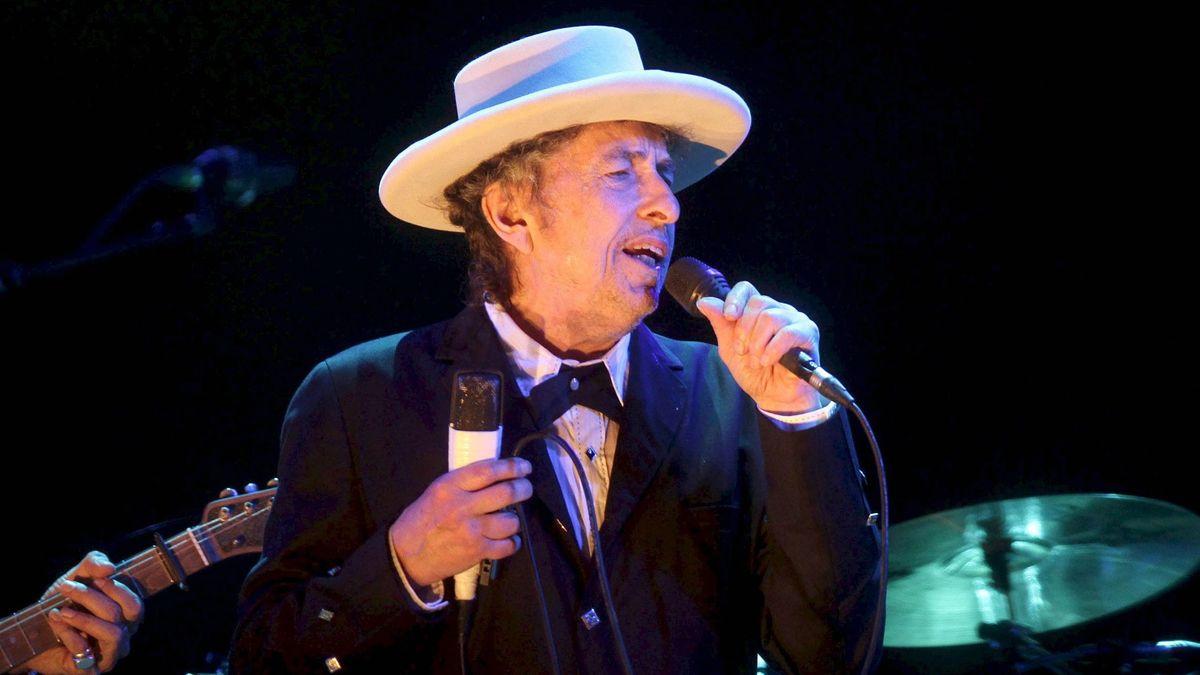 Bob Dylan mit Hut und Mikro