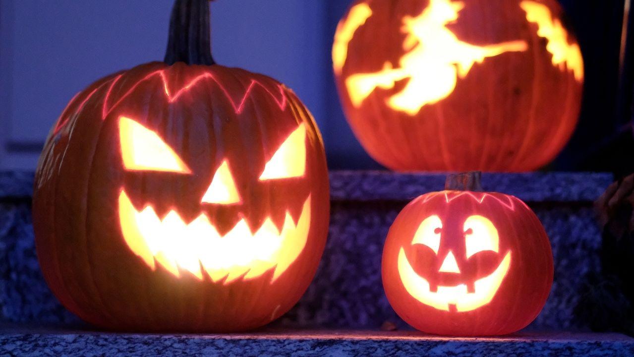 Beleuchtete Halloween-Kürbisse