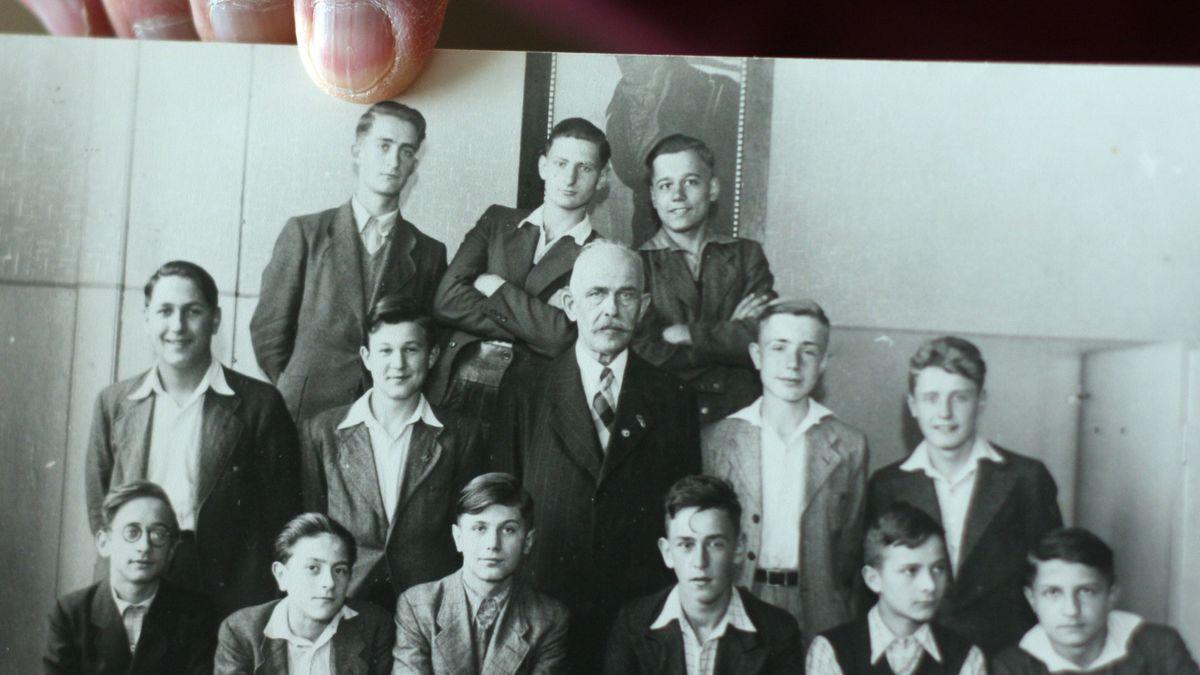 Ein Gruppenbild von Schülern und Norbert Kittel.