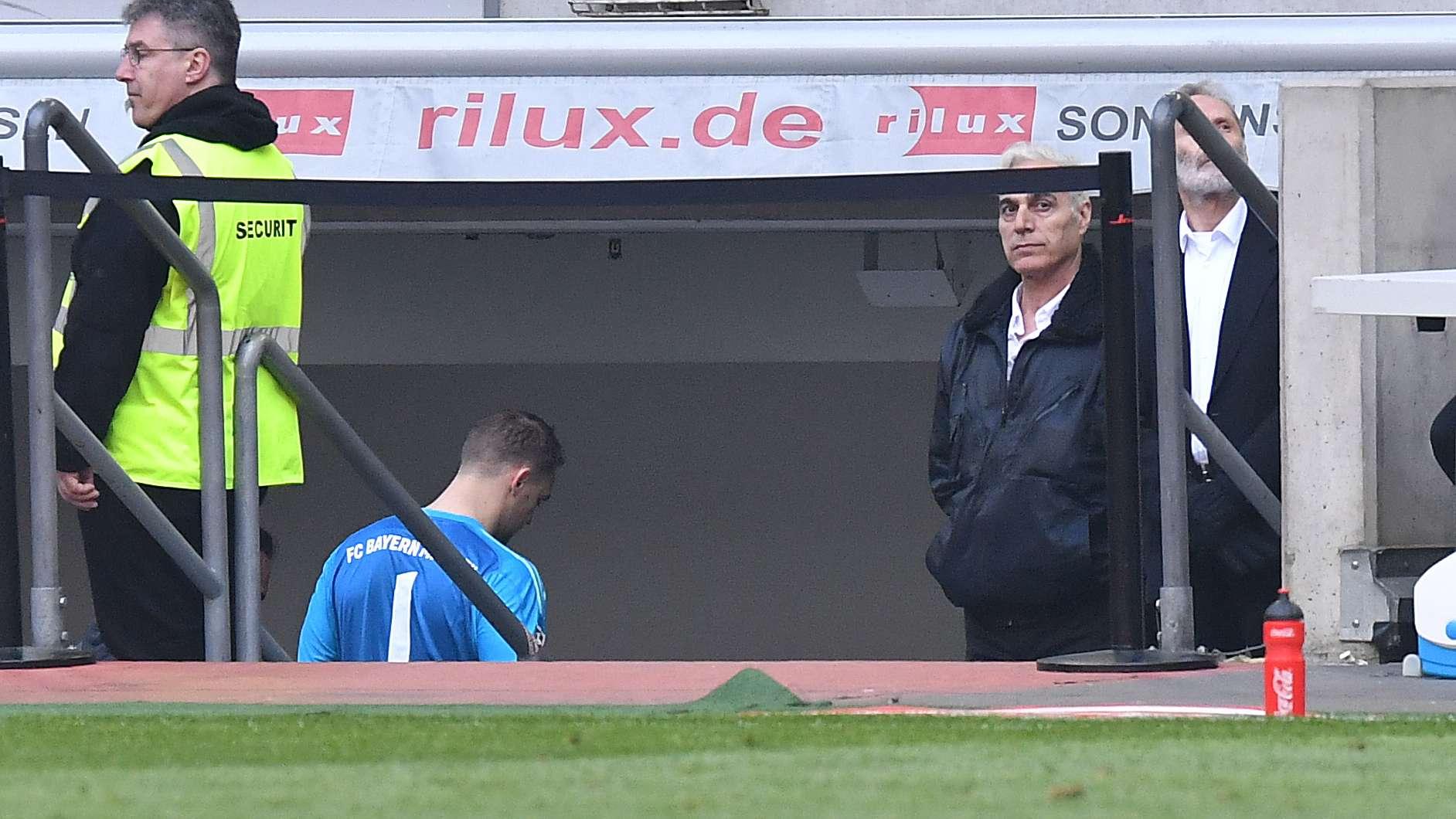Torwart Manuel Neuer verlässt verletzt das Spielfeld