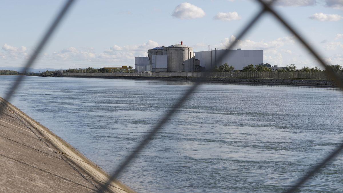 Frankreich, Fesseinheim: Blick durch ein Sicherheitszaun auf das Atomkraftwerk Fessenheim in Ostfrankreich. Das betriebsälteste Atomkraftwerk Frankreichs wird endgültig abgeschaltet.
