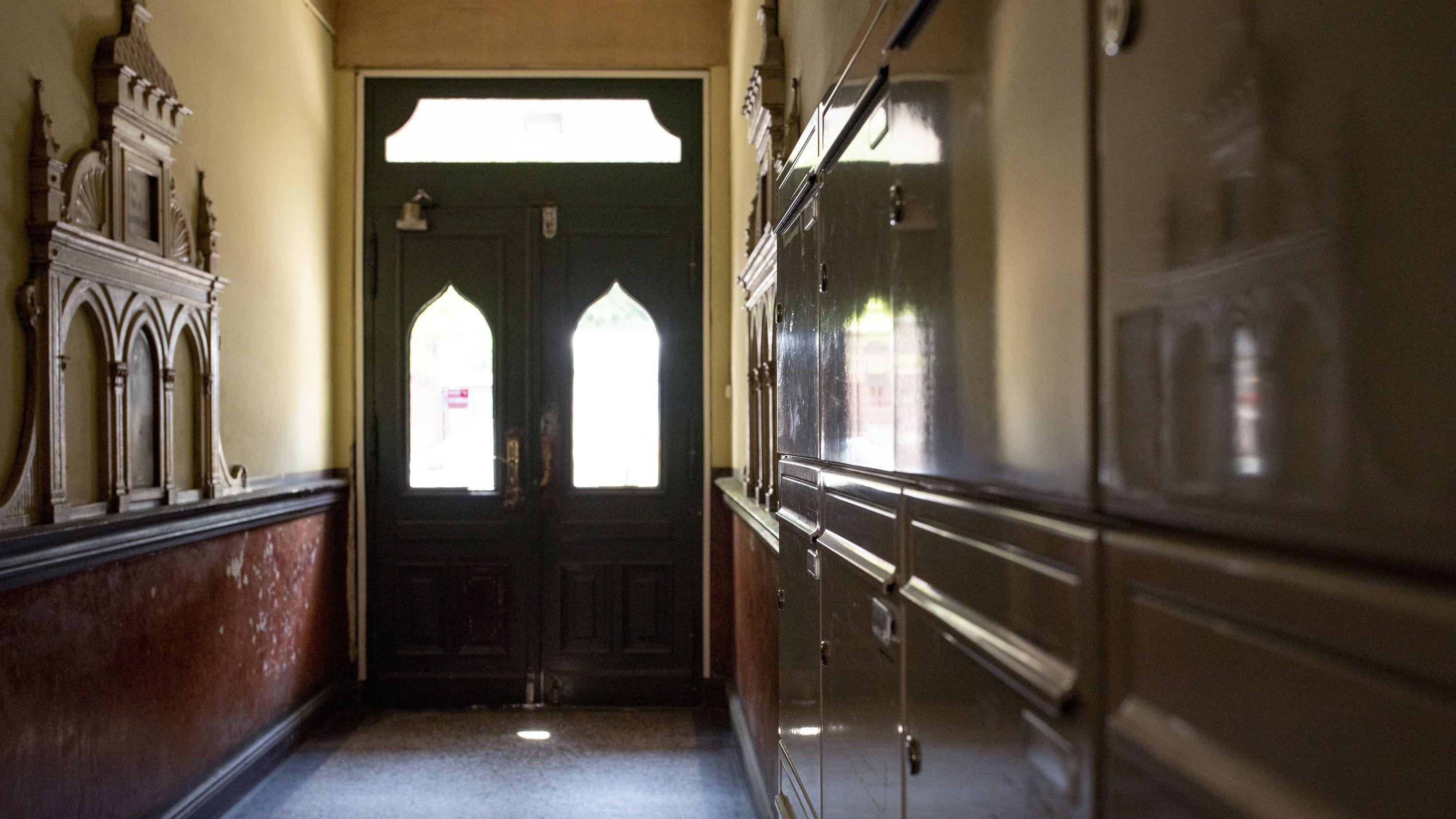 Blick in den Hausflur eines Wohnhauses