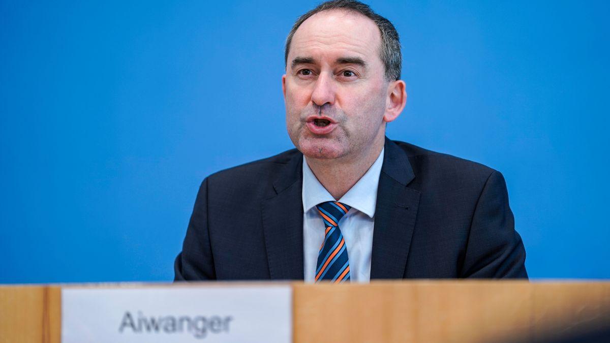Hier würde er gerne bald öfter sitzen: Freie-Wähler-Chef Aiwanger am 01.04.21 auf dem Podium der Bundespressekonferenz in Berlin.