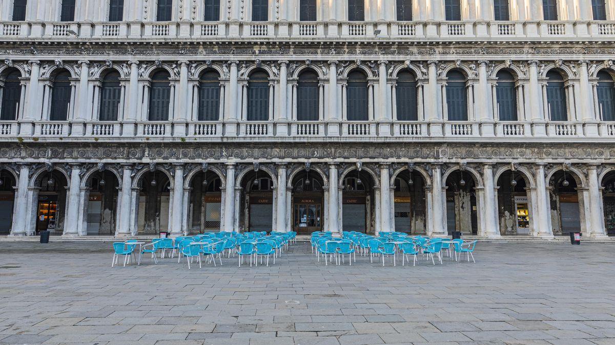 Aufgrund der Corona-Pandemie geschlossenes Cafe an der Piazza San Marco in Venedig.