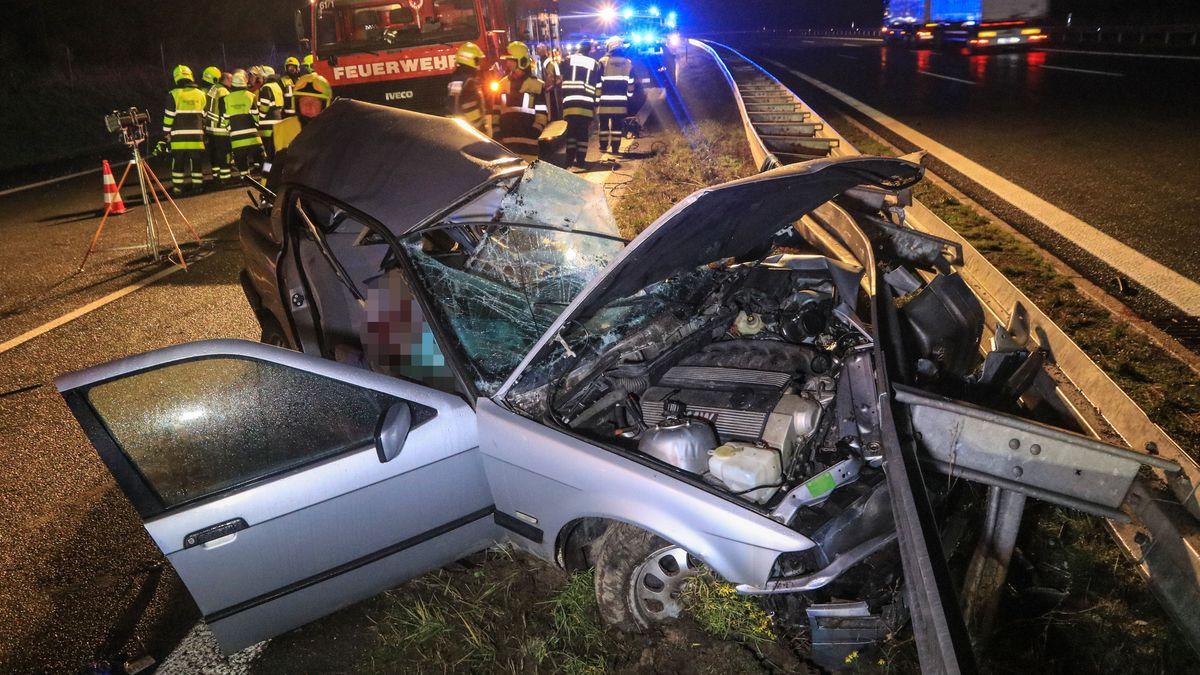 Das Auto nach dem Unfall in der Mittelleitplanke.