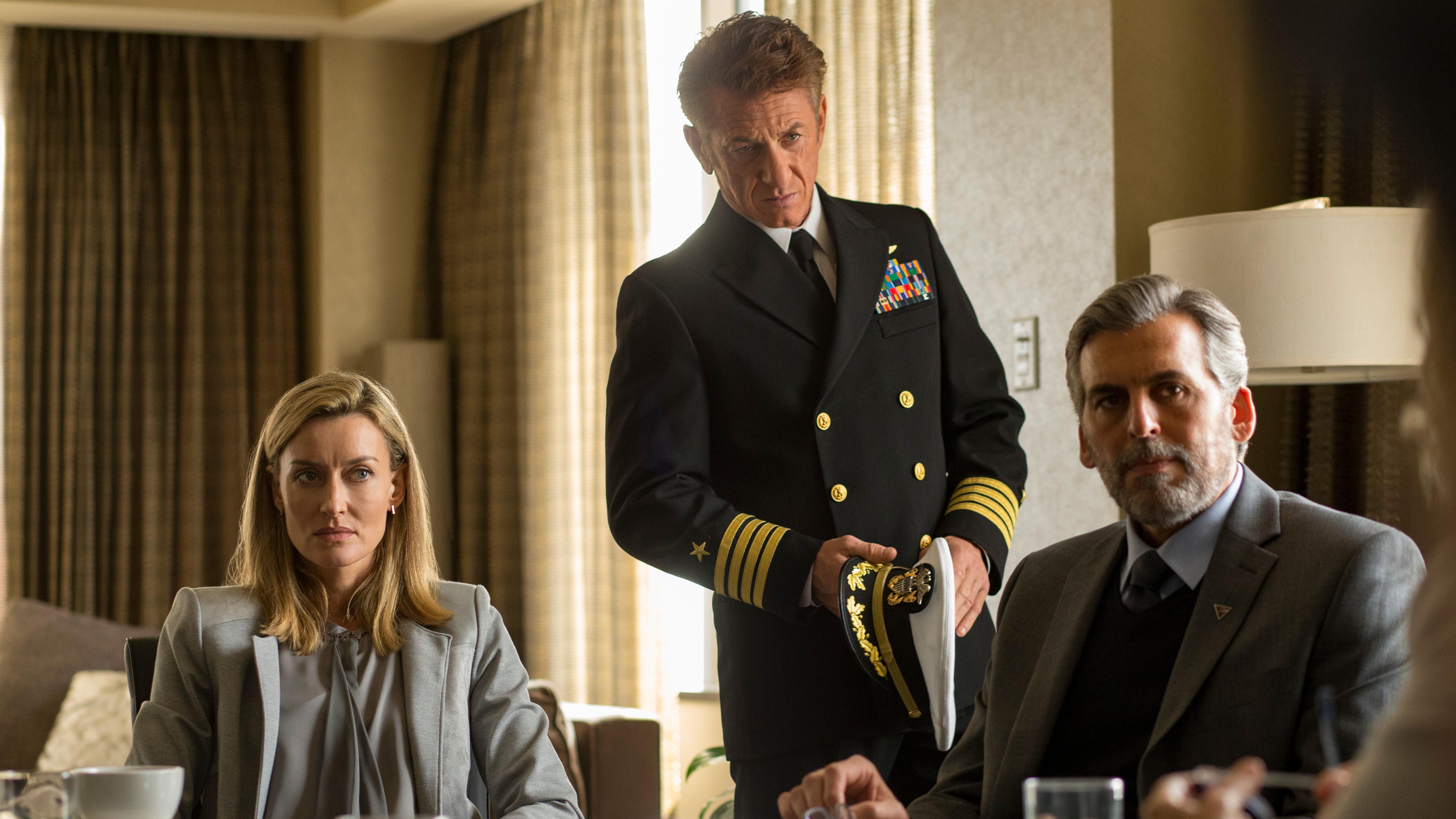 """Filmszene """"The First"""": Sean Penn steht in Uniform zwischen einer Frau und einem Mann an einem Konferenztisch"""