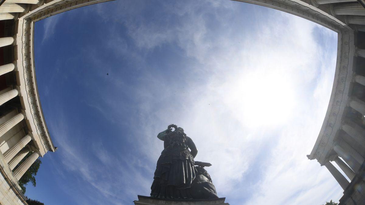 Vor blauem Himmel: Ruhmeshalle und die Statue der Bavaria, die über der Theresienwiese thront: