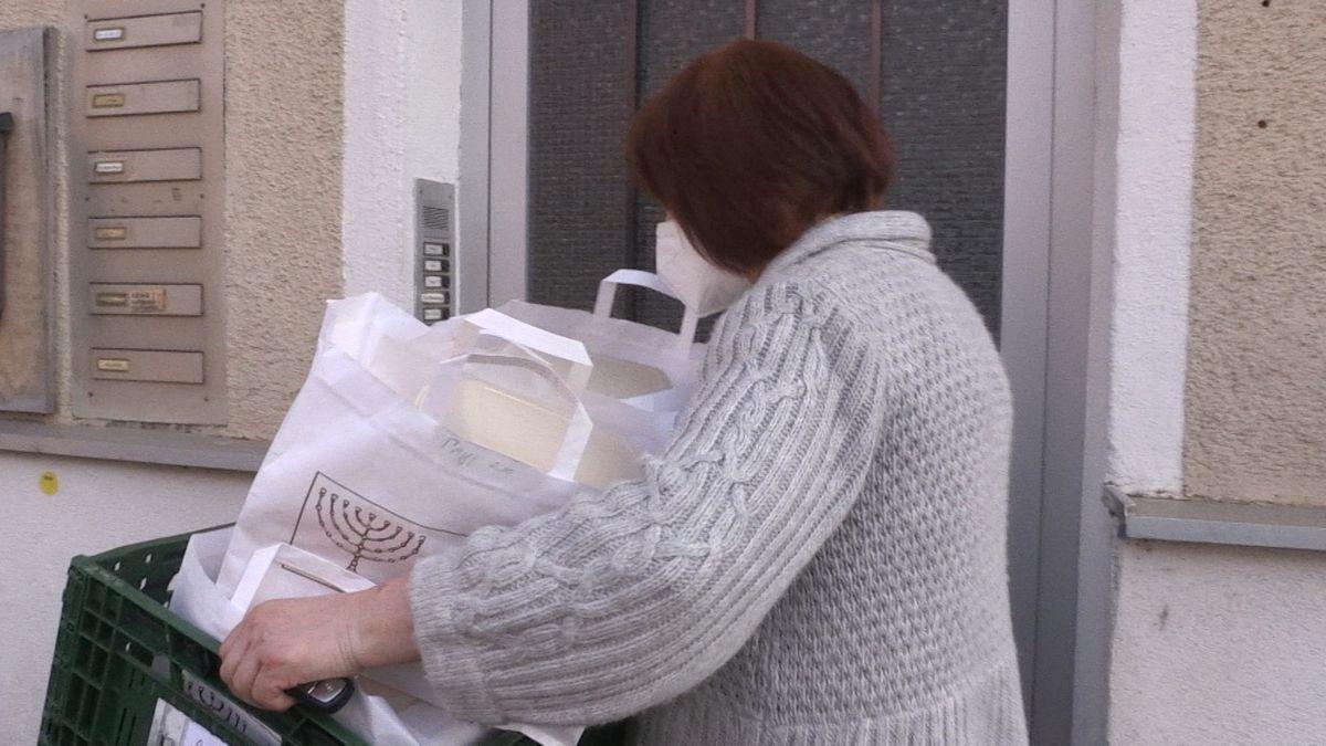 Eine Frau liefert Pessach-To-Go-Pakete.