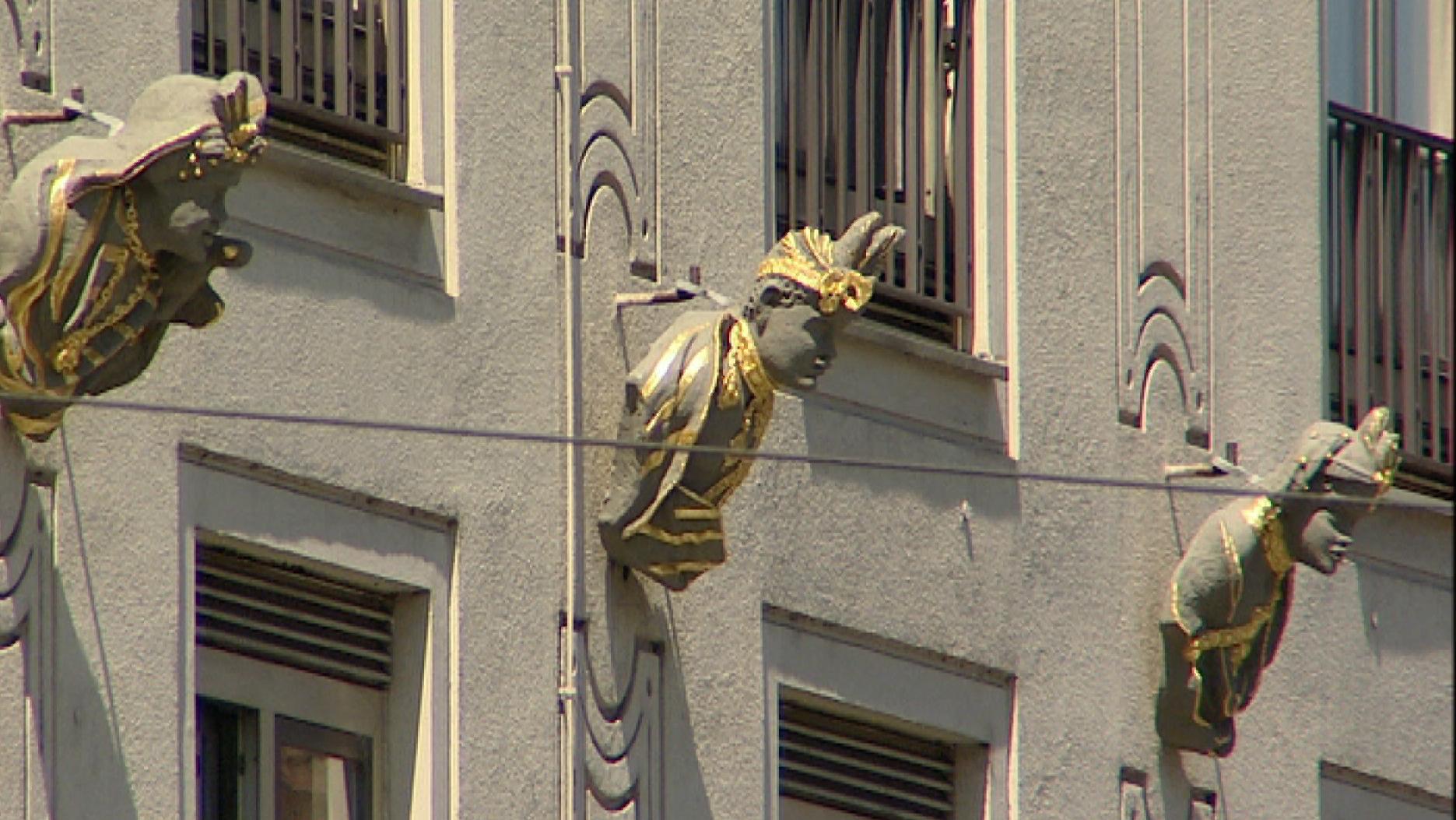 """Am Hotel """"Drei Mohren"""" in Augsburg hängen drei Büsten, die die drei Mohren darstellen sollen."""