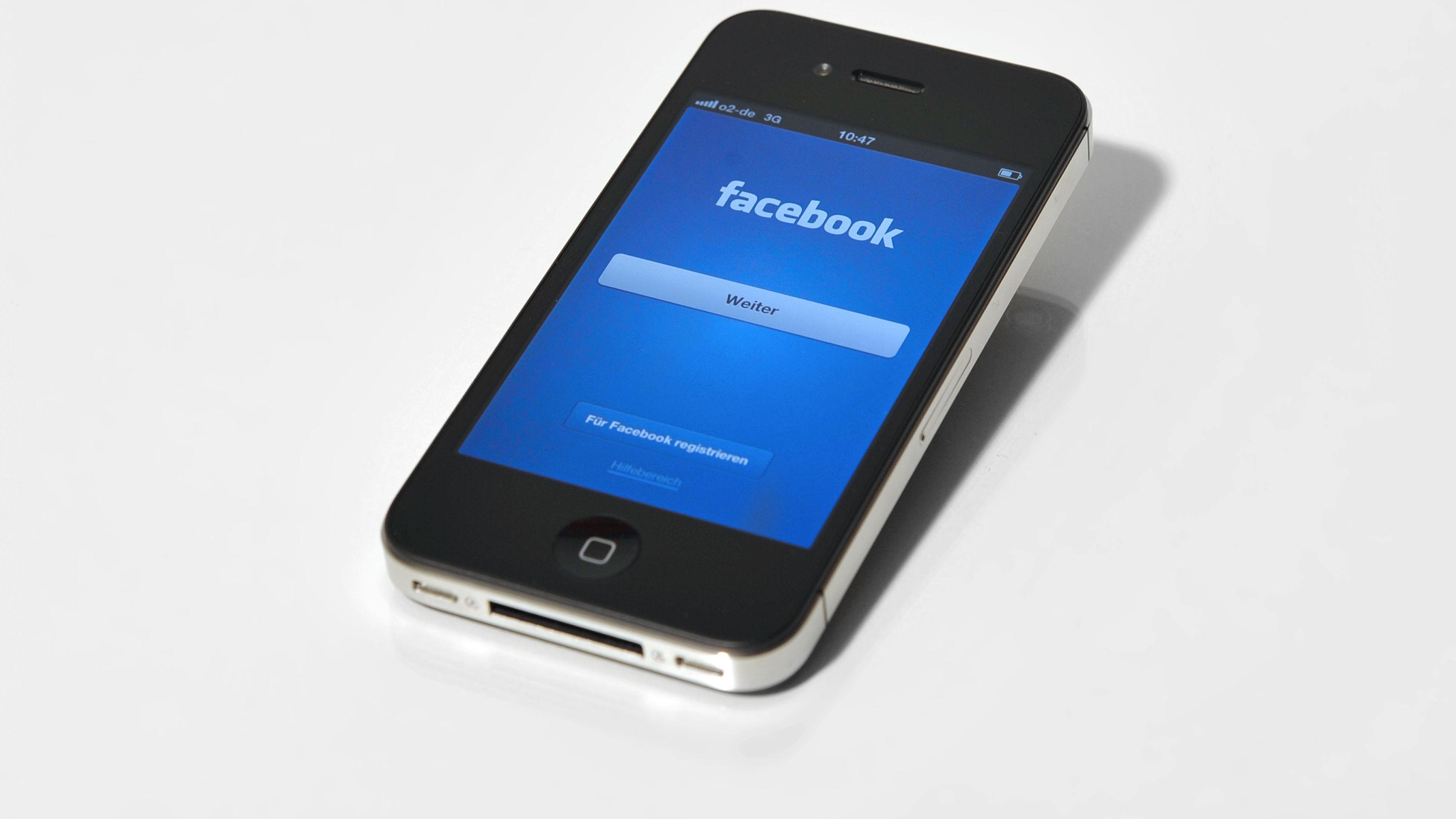 Smartphone mit Facebook-Seite auf dem Display